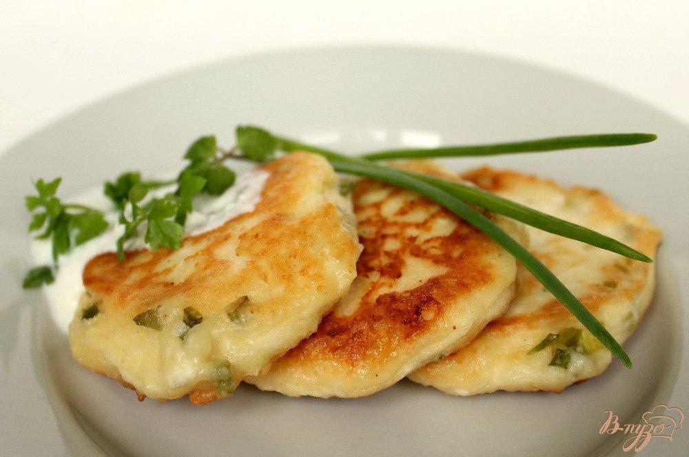 Фото приготовление рецепта: Сырники с зеленым луком шаг №7