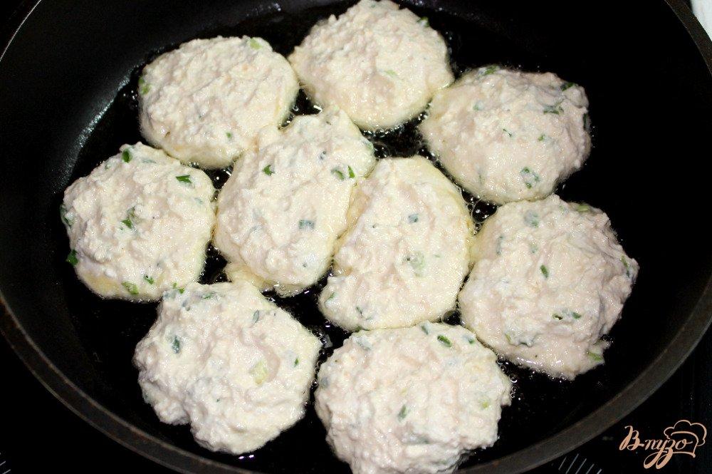 Фото приготовление рецепта: Сырники с зеленым луком шаг №5