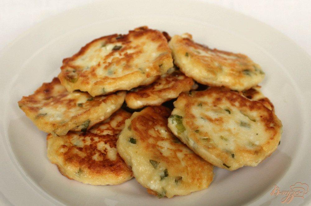 Фото приготовление рецепта: Сырники с зеленым луком шаг №6