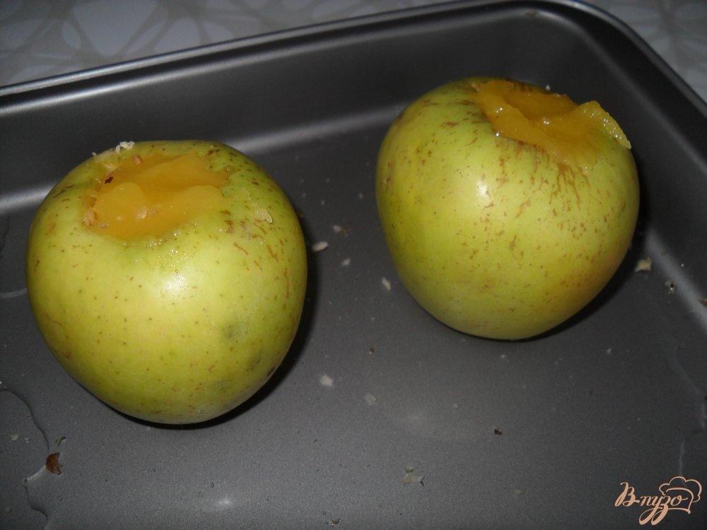 Фото приготовление рецепта: Яблоки, запеченные с медом и орехами шаг №3