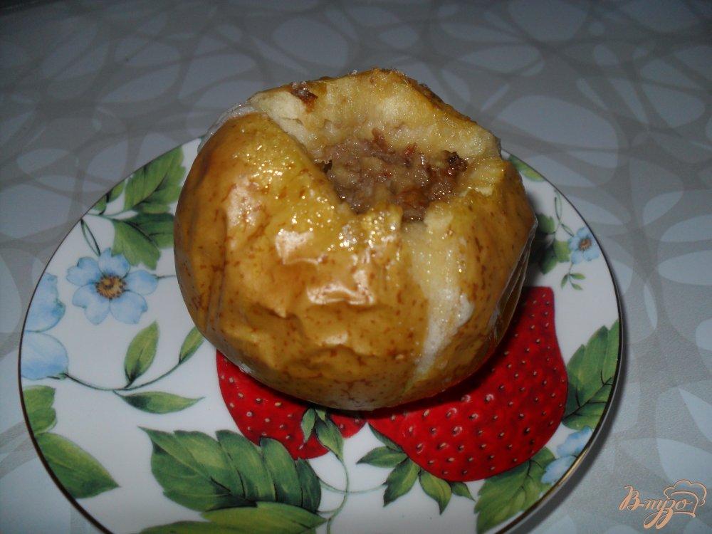 Фото приготовление рецепта: Яблоки, запеченные с медом и орехами шаг №5
