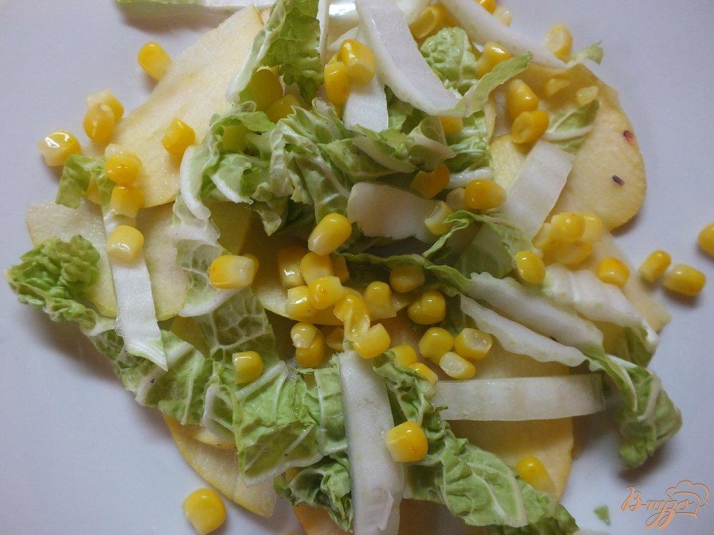 Фото приготовление рецепта: Салат из яблок и пекинской капусты шаг №5