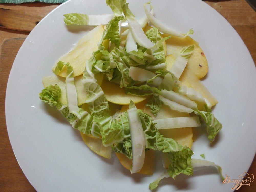 Фото приготовление рецепта: Салат из яблок и пекинской капусты шаг №4