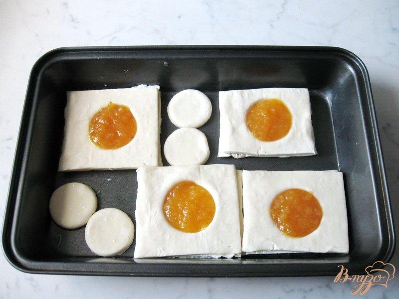 Фото приготовление рецепта: Слойки с апельсиновым джемом шаг №5