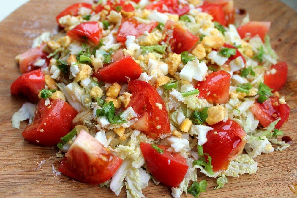 Фото приготовление рецепта: Салат из пекинской капусты и помидор шаг №5