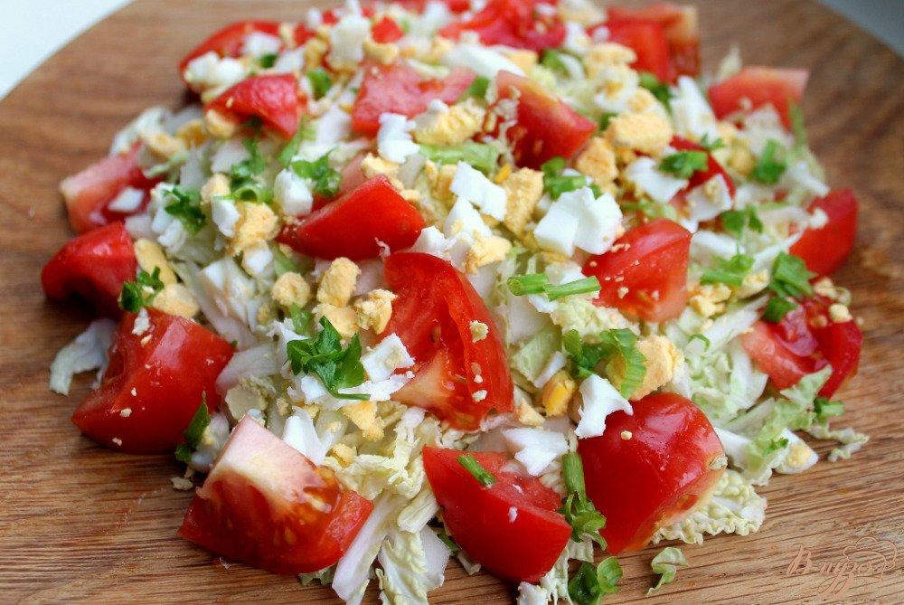 Фото приготовление рецепта: Салат из пекинской капусты и помидор шаг №4