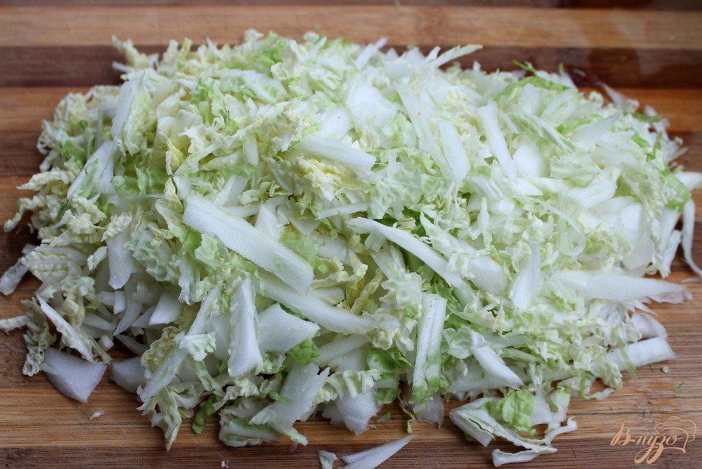 Фото приготовление рецепта: Салат из пекинской капусты и помидор шаг №2