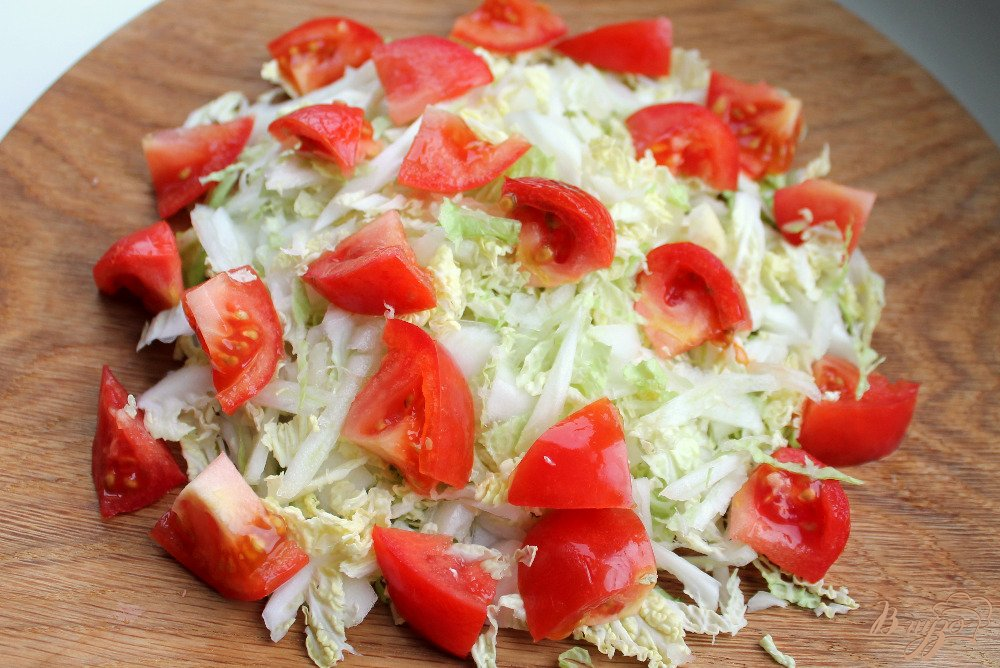 Фото приготовление рецепта: Салат из пекинской капусты и помидор шаг №3