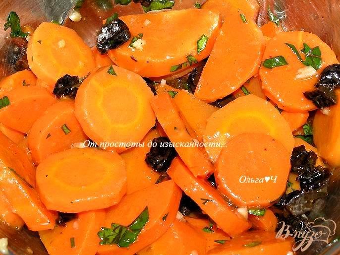 Фото приготовление рецепта: Теплый салат из моркови с черносливом шаг №4