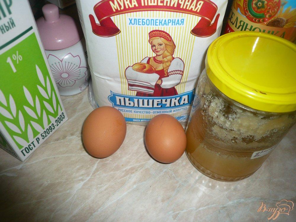 Фото приготовление рецепта: Кефирные блинчики с медом шаг №1