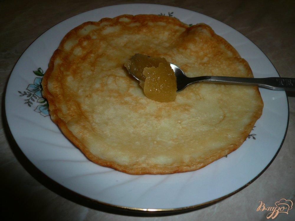 Фото приготовление рецепта: Кефирные блинчики с медом шаг №8