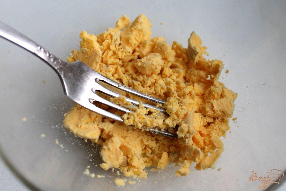 Фото приготовление рецепта: Яйца фаршированные грибами шаг №3