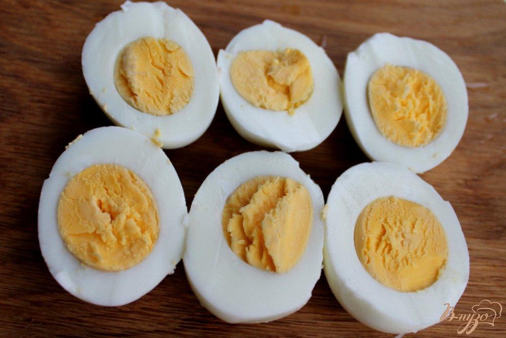 Фото приготовление рецепта: Яйца фаршированные грибами шаг №2