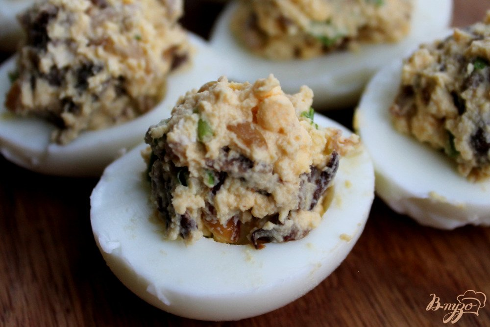 Фото приготовление рецепта: Яйца фаршированные грибами шаг №6
