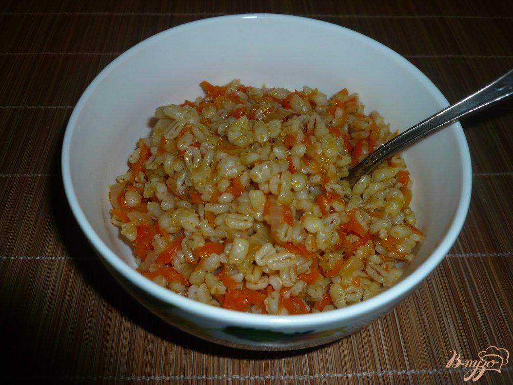 Фото приготовление рецепта: Перловая каша с луком и морковью шаг №5