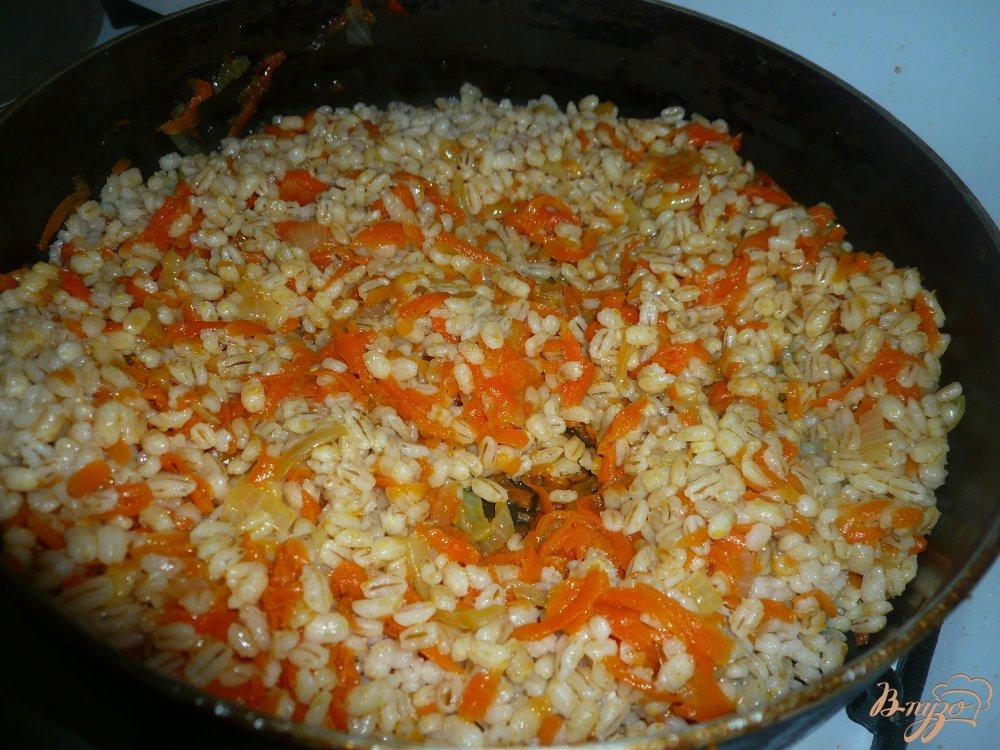 Фото приготовление рецепта: Перловая каша с луком и морковью шаг №4