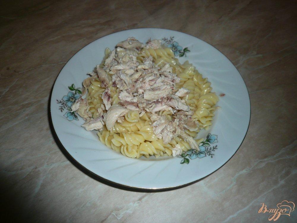 Фото приготовление рецепта: Макароны с отварной курицей шаг №4
