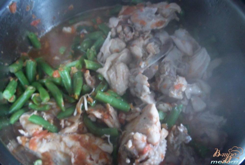Фото приготовление рецепта: Курица с зелёной фасолью шаг №4