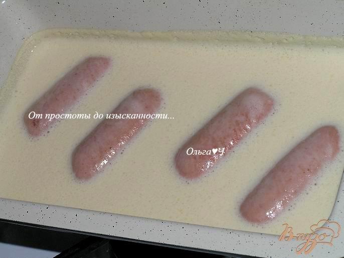Фото приготовление рецепта: Йоркширский пудинг с сардельками шаг №4