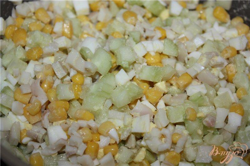 Фото приготовление рецепта: Легкий салат из кальмаров шаг №4