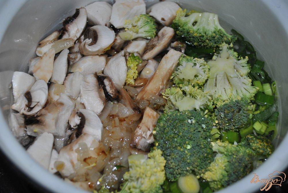 Фото приготовление рецепта: Грибной суп с брокколи шаг №8