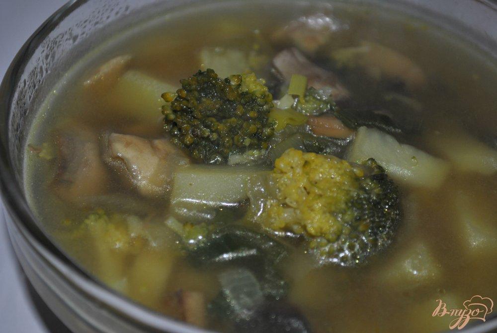 Фото приготовление рецепта: Грибной суп с брокколи шаг №9