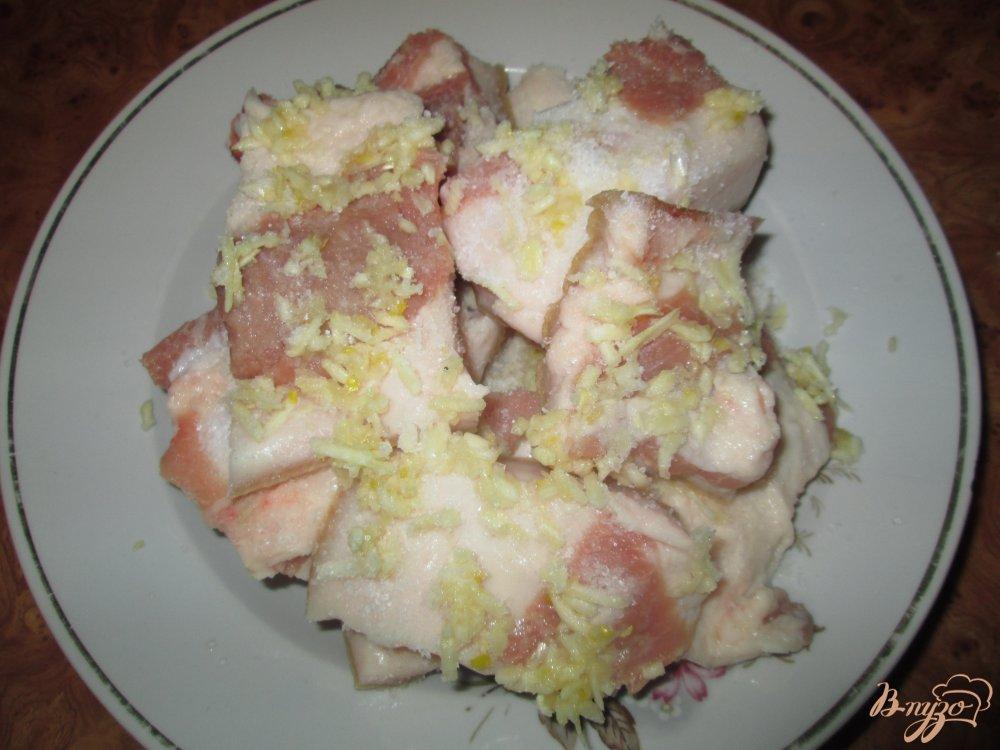 Фото приготовление рецепта: Сало с чесноком шаг №2