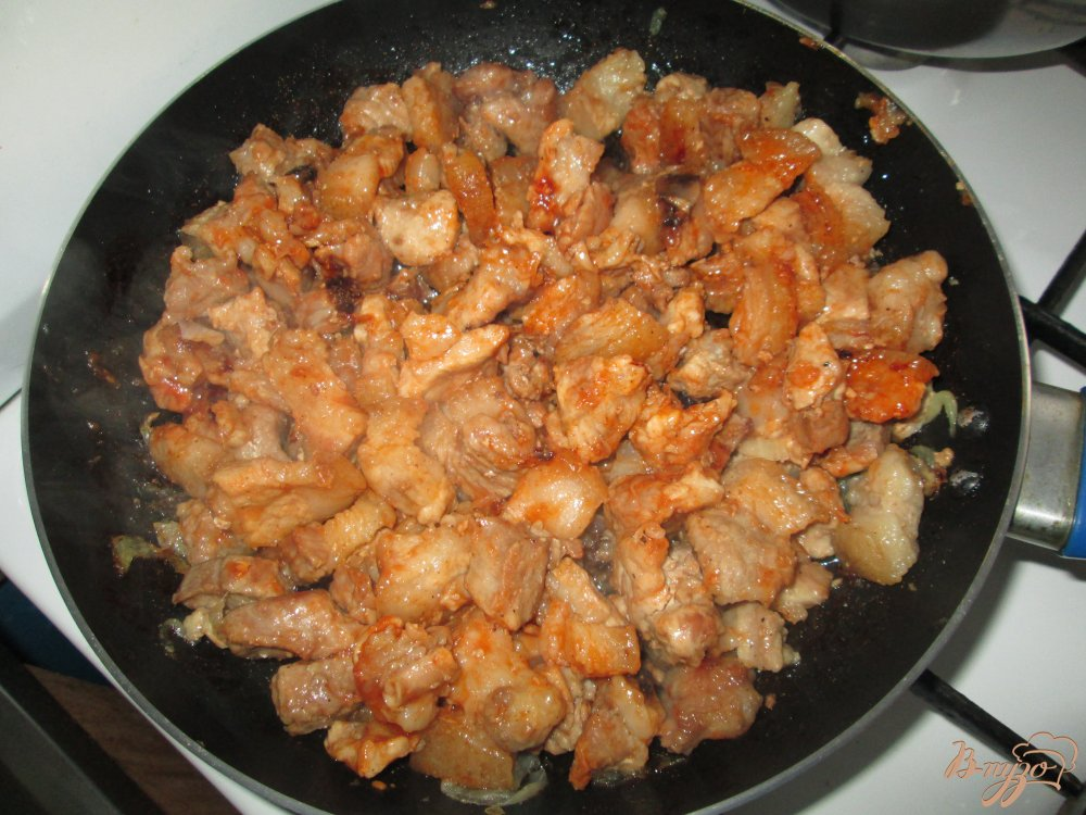 Фото приготовление рецепта: Жареное мясо со шкварками шаг №5