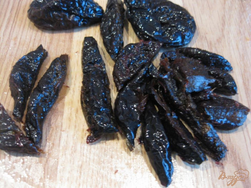 Фото приготовление рецепта: Говядина с грибами и черносливом шаг №4