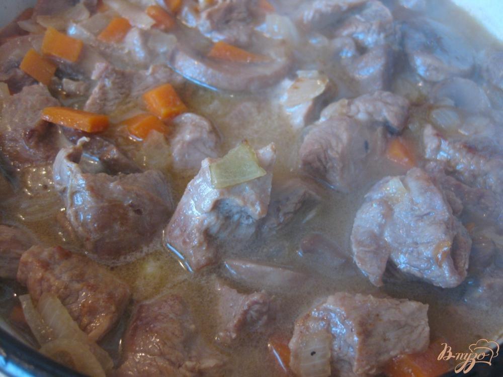 Фото приготовление рецепта: Говядина с грибами и черносливом шаг №8