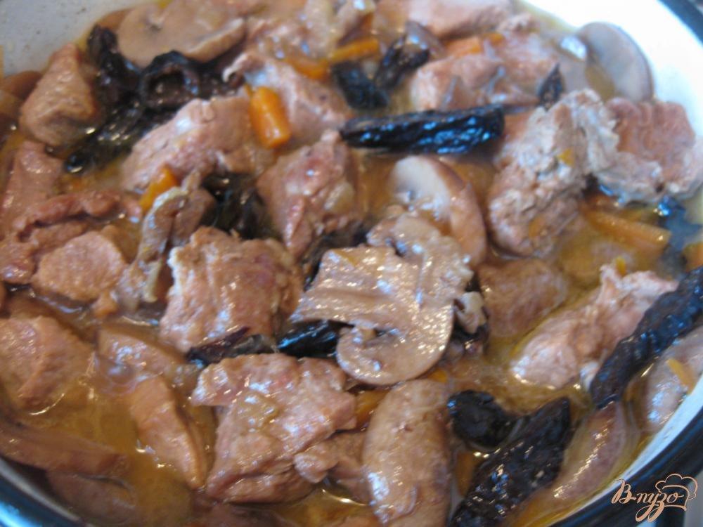 Фото приготовление рецепта: Говядина с грибами и черносливом шаг №9