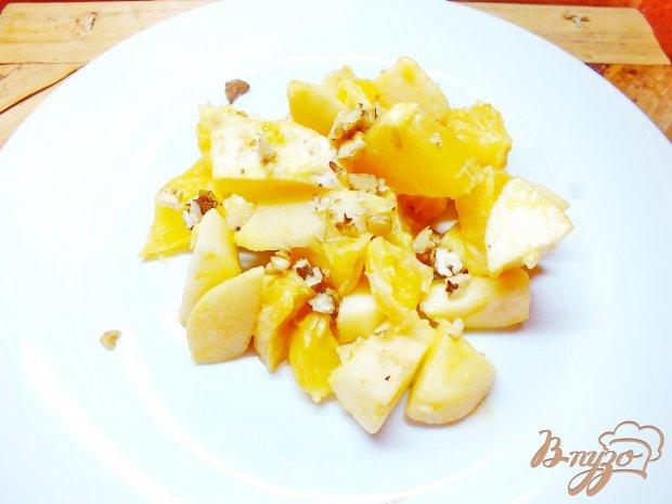 Салат апельсиново-яблочный под медово-горчичным соусом