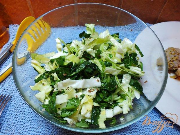 Салат из листовых овощей с розмарином и семенами льна