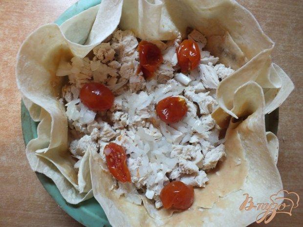 Открытый куриный пирог с помидорами черри