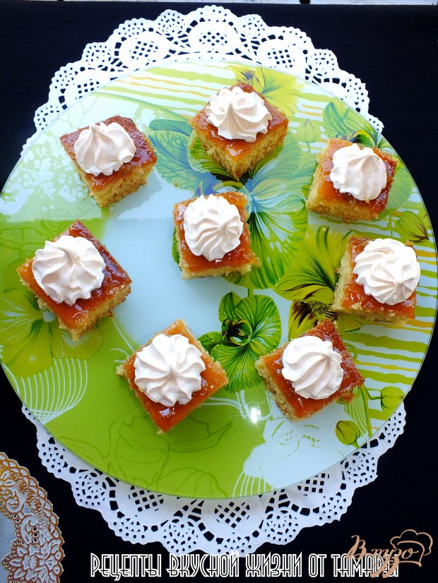 Пирожные с абрикосовым джемом и безе