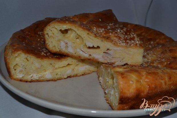 Пирог с сыром, куриным филе и кунжутом