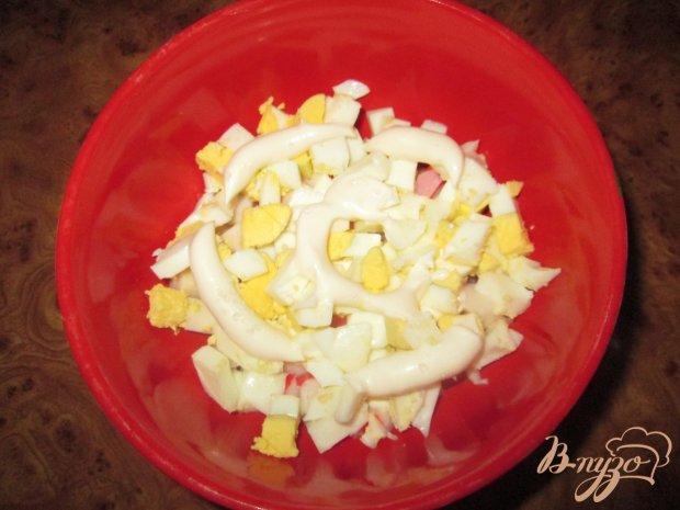 Слоеный салат с крабовыми палочками и чесноком
