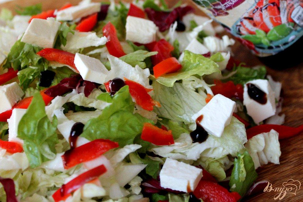 Фото приготовление рецепта: Микс салат с болгарским перцем и брынзой шаг №4