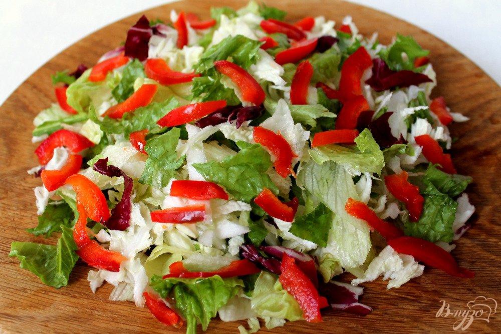 Фото приготовление рецепта: Микс салат с болгарским перцем и брынзой шаг №2
