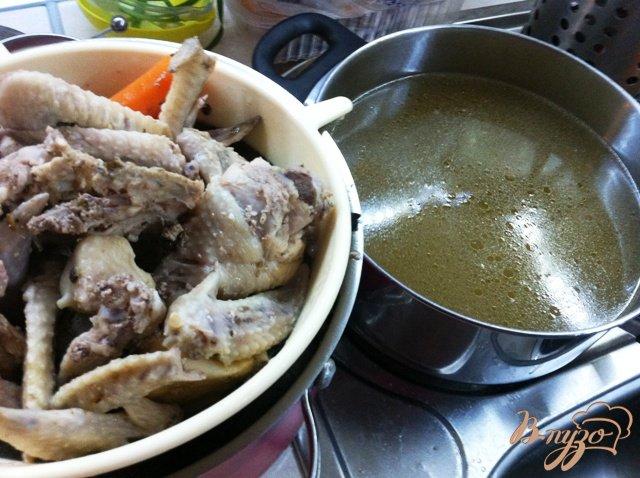 Фото приготовление рецепта: Куриный бульон с гренками шаг №2