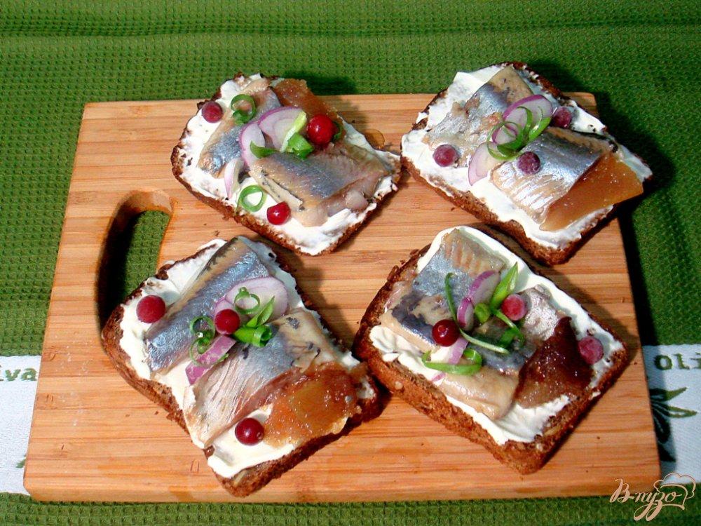 Фото приготовление рецепта: Бутерброды с сельдью шаг №4