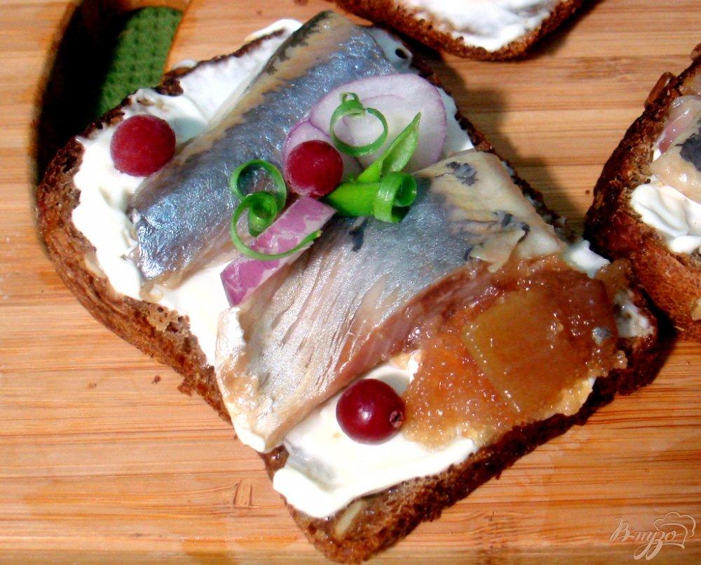 Фото приготовление рецепта: Бутерброды с сельдью шаг №3