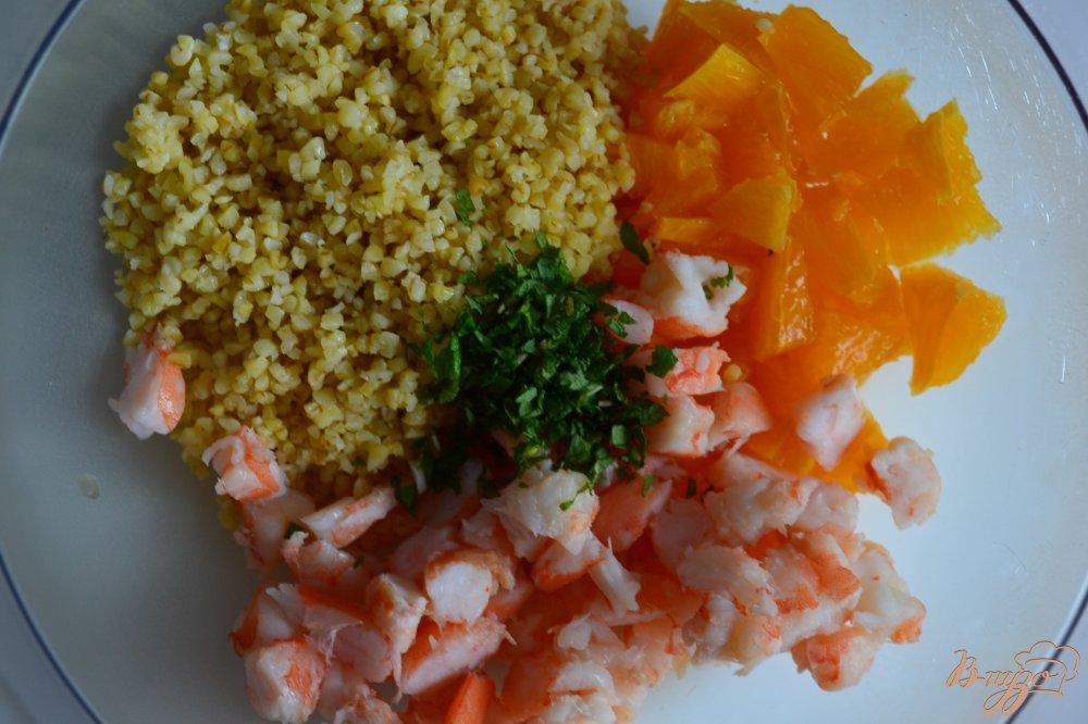 Фото приготовление рецепта: Салат с булгуром, креветками и апельсином шаг №2