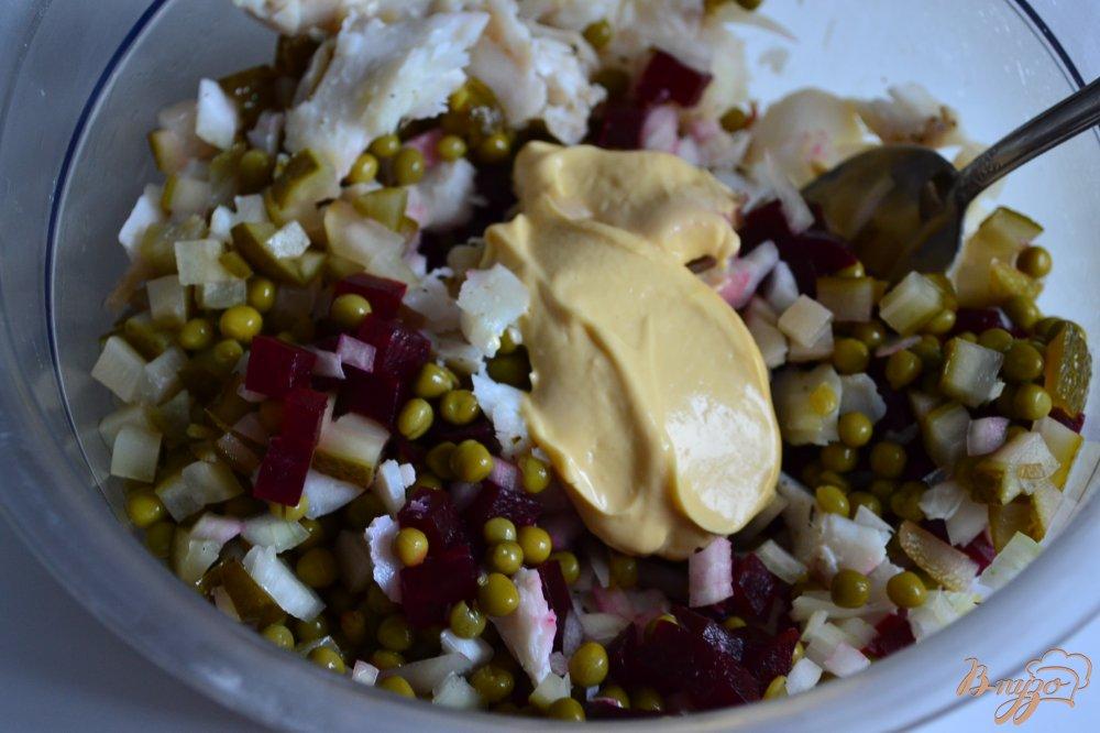Фото приготовление рецепта: Рыбный салат со свеклой и зеленым горошком шаг №2