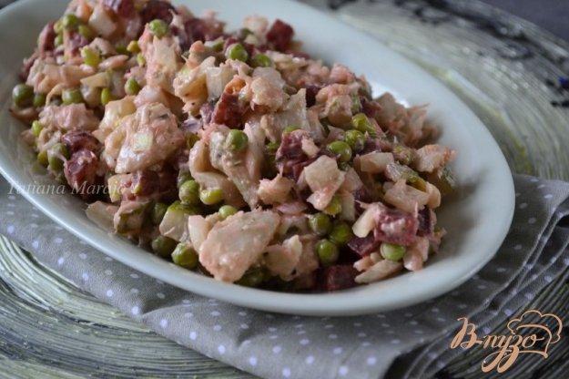 фото рецепта: Рыбный салат со свеклой и зеленым горошком