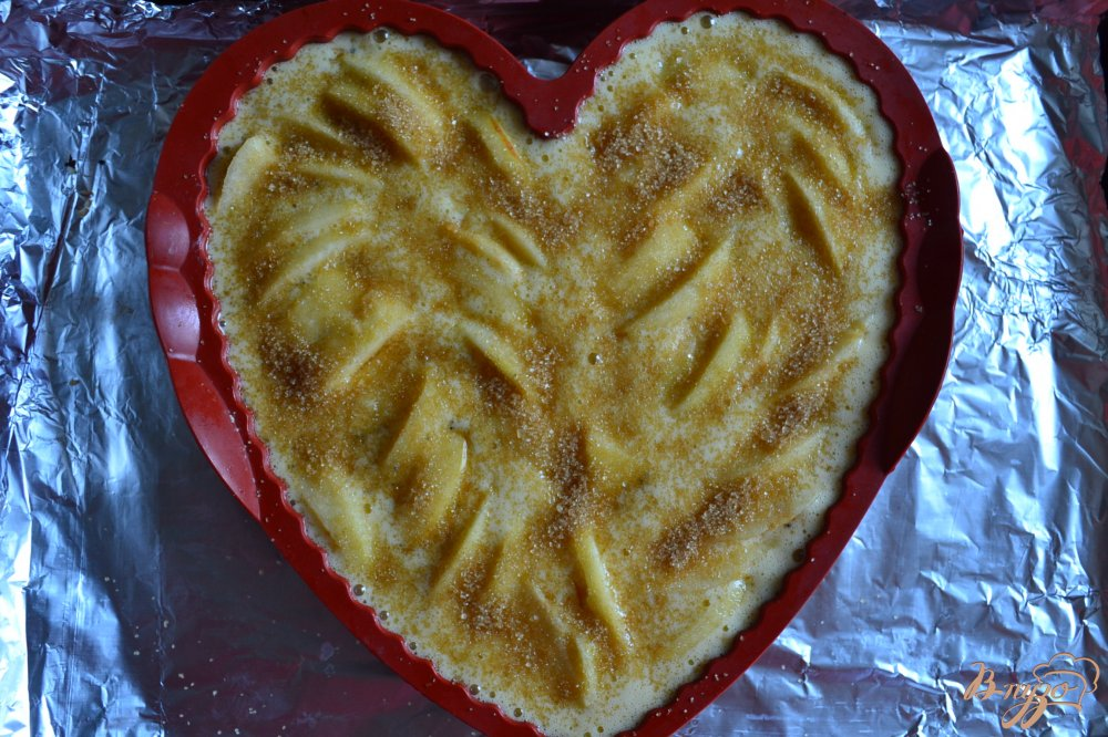 Фото приготовление рецепта: Маковая шарлотка с яблоками шаг №4