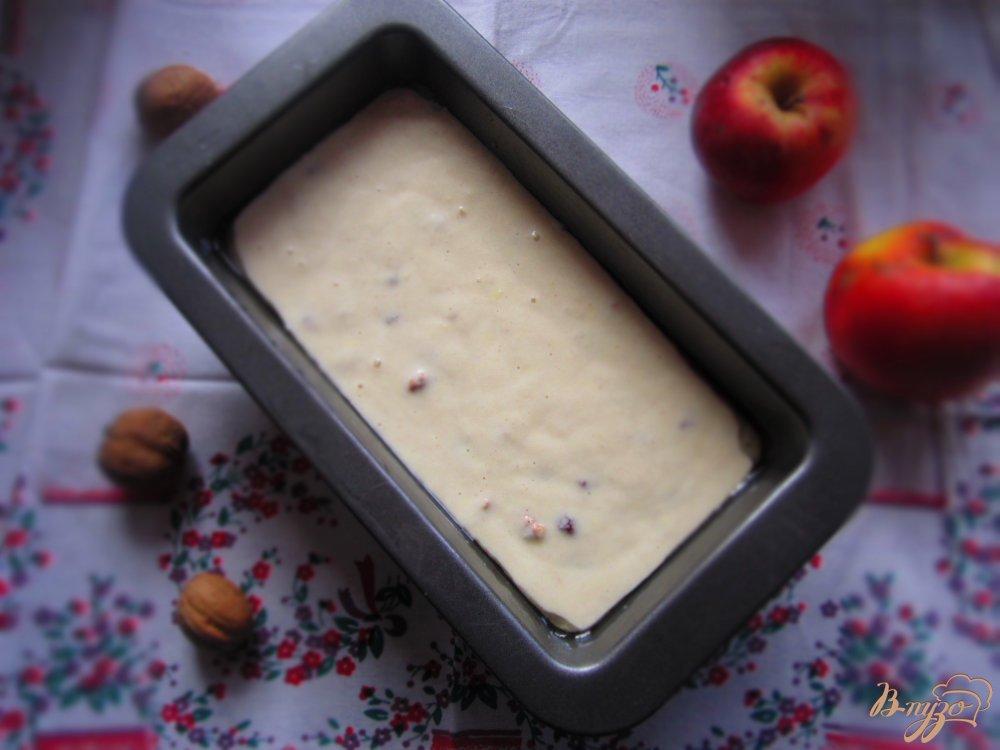 Фото приготовление рецепта: Кекс с орехами и клюквой шаг №4