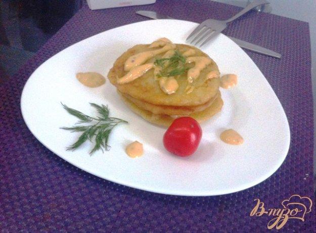 фото рецепта: Драники с подкопченным лососем и горчичным соусом