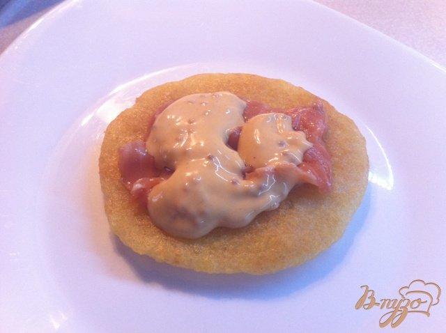 Фото приготовление рецепта: Драники с подкопченным лососем и горчичным соусом шаг №3