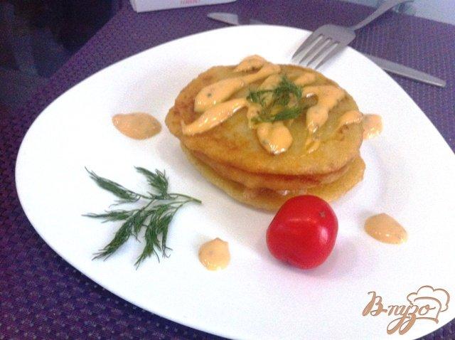 Фото приготовление рецепта: Драники с подкопченным лососем и горчичным соусом шаг №4